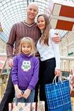 Familjen shoppar i ett lager arkivbild