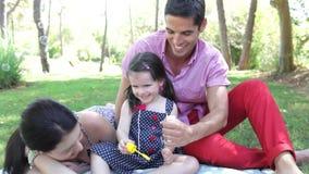 Familjen sitter på filten in stock video