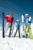 familjen skidar laget Royaltyfri Fotografi