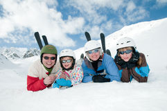 familjen skidar laget Arkivbild