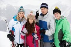 Familjen skidar på ferie i berg royaltyfri fotografi