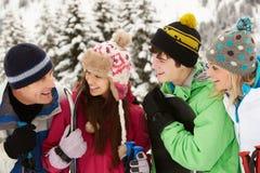 Familjen skidar på ferie i berg Arkivfoton