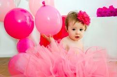 Familjen som firar den första födelsedagen av, behandla som ett barn dottern Royaltyfria Foton