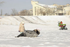 familjen som har gyckel i en vinter, parkerar Arkivfoto