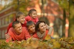 Familjen som kopplar av i höst, parkerar Royaltyfri Foto