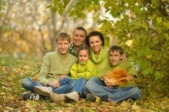 Familjen som kopplar av i höst, parkerar Royaltyfri Fotografi
