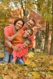 Familjen som kopplar av i höst, parkerar Royaltyfri Bild