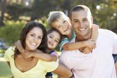 Familjen som kopplar av i sommar, parkerar royaltyfri bild