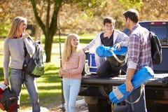 Familjen som packar upp, väljer upp lastbilen på campa ferie Arkivbilder