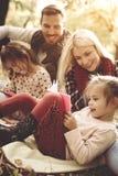 Familjen som in tycker om, parkerar och spelar med dottern på falli fotografering för bildbyråer
