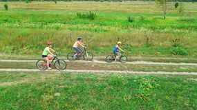 Familjen som utomhus cyklar på flyg- sikt för cyklar från över, den lyckliga aktiva modern med barn, har gyckel, familjsport Royaltyfri Bild