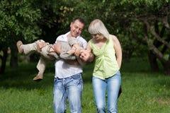 familjen som utomhus har, går Royaltyfri Foto