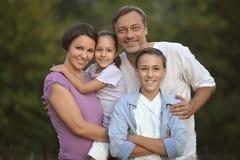 Familjen som vilar i sommar, parkerar Royaltyfri Bild