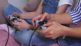 Familjen spelar dataspelen stock video