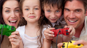familjen spelar den lyckliga leka videoen Arkivfoto