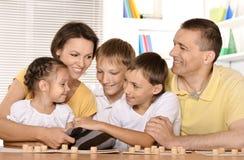 Familjen spelar lottot Arkivbilder