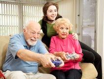 familjen spelar videopp spelrum Royaltyfri Bild
