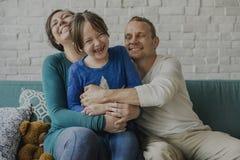 Familjen spenderar begrepp för samhörighetskänsla för Tid lyckaferie Arkivbilder