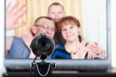 Familjen talar på videokommunikationerna Royaltyfria Foton
