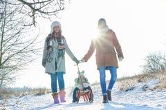 Familjen tar en gå i snön fotografering för bildbyråer