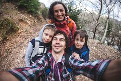 Familjen tar en selfie i natur royaltyfri fotografi