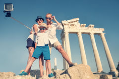 Familjen tar en selfievideo på den antika kolonnadsikten Royaltyfria Bilder