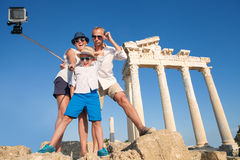 Familjen tar en selfievideo på den antika kolonnadsikten Royaltyfria Foton