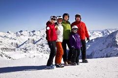 Familjen tar gyckel i berg Arkivbild