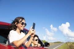 Familjen tycker om vägturen som tar bilden vid den smarta telefonen royaltyfri bild