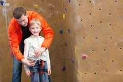 Familjen vaggar klättring arkivfoto
