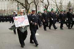 Familjer av de stupade FDNY-brandmännen som borttappat liv på World Trade Center som marscherar på Stets Patrick dag, ståtar Arkivfoton
