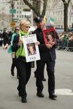 Familjer av de stupade FDNY-brandmännen som borttappat liv på World Trade Center som marscherar på Stets Patrick dag, ståtar Royaltyfria Foton