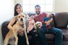 Familjer bör alltid omges av förälskelse royaltyfri foto