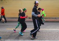 Familjer joggar ner den Peoria aven i dag för St Patricks ståtar i Tulsa Oklahoma USA 3 17 2018 Arkivbild