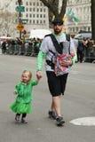 Familjer med unga ungar som marscherar på Stets Patrick dag, ståtar i New York Royaltyfria Foton