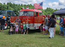Familjer på den 8th årliga Handlag-EN-lastbilen Royaltyfria Foton