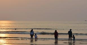 Familjer på en strand royaltyfri fotografi