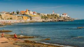 Familjer på stranden på den Poca stranden i Sao Joao gör Estoril, 25km som är västra av Lissabon royaltyfria foton