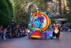 Familjer som håller ögonen på Disney att ståta royaltyfri foto