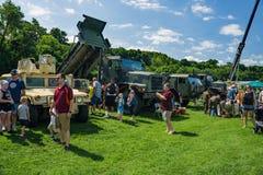 Familjer som tycker om den militära maskinvaran på den årliga Handlag-EN-lastbilen royaltyfria foton