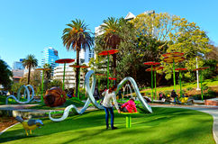 Familjer tycker om Myers Park Playground i Auckland Nya Zeeland Royaltyfri Bild