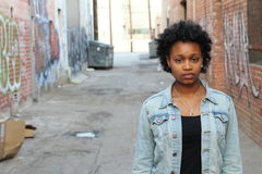 Familjevåld stående av missbrukad och för men för ung kvinna för visning sorgsenhet utomhus med kopieringsutrymme royaltyfri bild