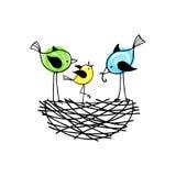 Familjfåglar i ett rede, föräldrarna matar deras gröngöling Arkivfoto