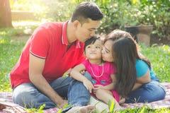 Familjförälskelsekyss royaltyfria foton