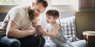 FamiljfaderDaughter Love Parenting lyssnande musik Togetherne Arkivfoto