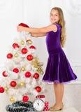 Familjferiebegrepp Flickasammetklänningen känner det festliga nära julträdet Gör denna dag bästa ferie någonsin mycket fotografering för bildbyråer