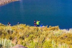 Familjfiske i berg sjön Royaltyfri Foto