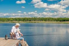 Familjfiske på en härlig sjö Royaltyfria Bilder