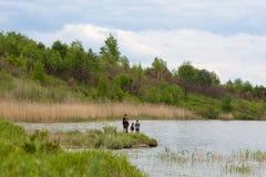 Familjfiske på en sjö Royaltyfria Bilder