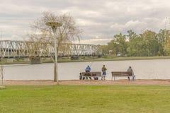 Familjfiske på kusten av floden i Montevideo Arkivbilder